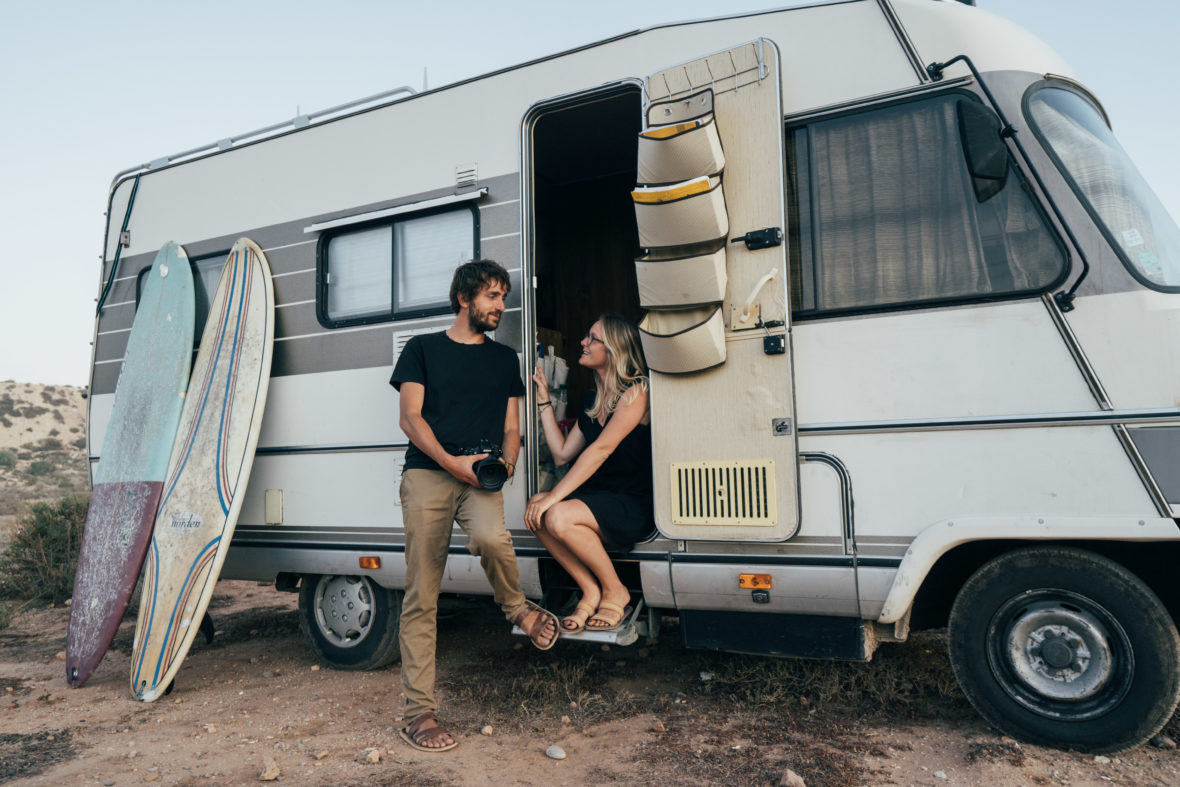 photo de couple camping-car surf